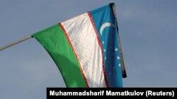 Президент Ислам Каримовтің қайтыс болуына байланысты аза тұту күні төмен түсірілген Өзбекстан туы. Самарқан, Өзбекстан, 3 қыркүйек 2016 жыл.