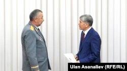 Президент Алмазбек Атамбаев менен Өзгөчө кырдаалдар министри Кубатбек Боронов.