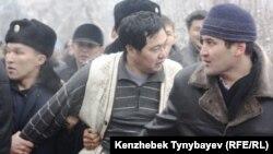 Оппозицияның наразылық митингісінен соң полицейлердің «Арман» қозғалысының жетекшісі Ермек Нарымбаевты тұтқындаған сәті. Алматы, 30 қаңтар 2010 жыл.