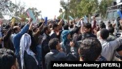 شباب عاطلون عن العمل في تظاهرة في البصرة