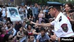 Сидячий пикет инициативы «Нет грабежу!» на площади Республики, Ереван, 14 июля 2015 г․