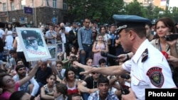 Armenia -- Valeri Osipian, a deputy chief of the Yerevan police, urges protesters to unblock a street, Yerevan, 14 July, 2015