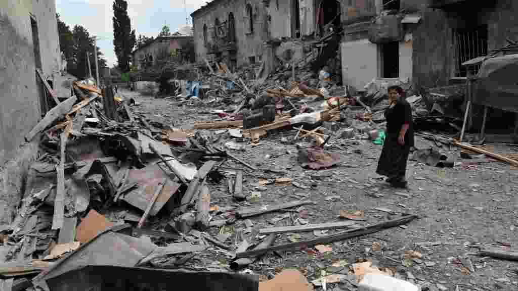 Улица в Гори, заваленная обломками после российского воздушного удара