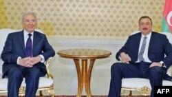 Israeli President Shimon Peres (left) and his Azerbaijani counterpart, Ilham Aliyev, in Baku on June 28, 2009