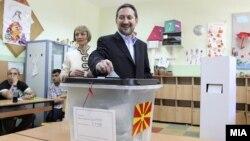 Почесниот претседател на ВМРО Народна партија Љубчо Георгиевски гласа на изборите на 5 јуни 2011 година.