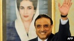 Президент Пакистана Асиф Али Зардари на фоне портрета покойной жены
