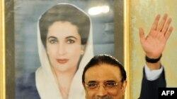 Президент Пакистана Асиф Али Зардари стоит перед портретом своей убитой жены Беназир Бхутто в президентском дворце в Исламабаде в день своей инаугурации. 9 сентября 2008 года.