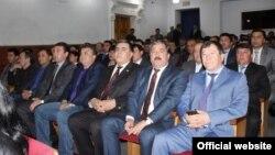 Tadžikistanski policajci u pozorištu