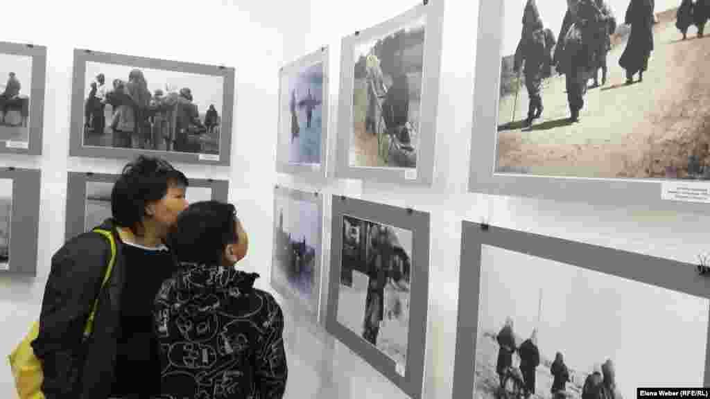 Женщина с подростком рассматривает документальные фотографии, где запечатлено эмоциональное и физическое состояние казахов, на долю которых выпали тяготы в годы Голода в Казахстане. Сотрудники музея рассказывают, что в 1920-1930-е годы фотограф Дмитрий Багаев просто ходил по улицам и фотографировал людей, их жизнь и страдания.