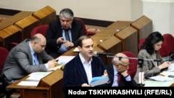 Лидер христианских демократов Леван Вепхвадзе потребовал четкого определения той минимальной суммы, которую может дать политик гражданину, не будучи обвиненным в попытке подкупить избирателя