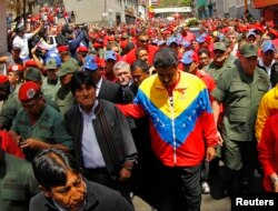 Эво Моралес в сопровождении Николаса Мадуро впереди траурной процессии. Каракас, 6 марта 2013 года.