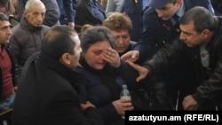 Հայկազ Բարսեղյանի մայրը դատարանի բակում:
