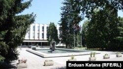 Zgrada Narodne skupštine Republike Srpske u čijoj blizini se nalazi zgrada Vijeća naroda RS, Banja Luka, 2016.