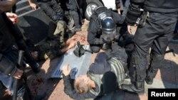 Поранені бійці Національної гвардії біля Верховної Ради. Київ 31 серпня, 2015 року