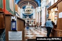 Набажэнства ўнутры Ўваскрасенскай царквы