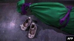 کفشهای دختر سه ساله در کنار تن بیجانش در حاشیه شرقی حلب. «حیا»، چند ساعت پیش از پایان سال ۲۰۱۶ در بمباران کشته شد.