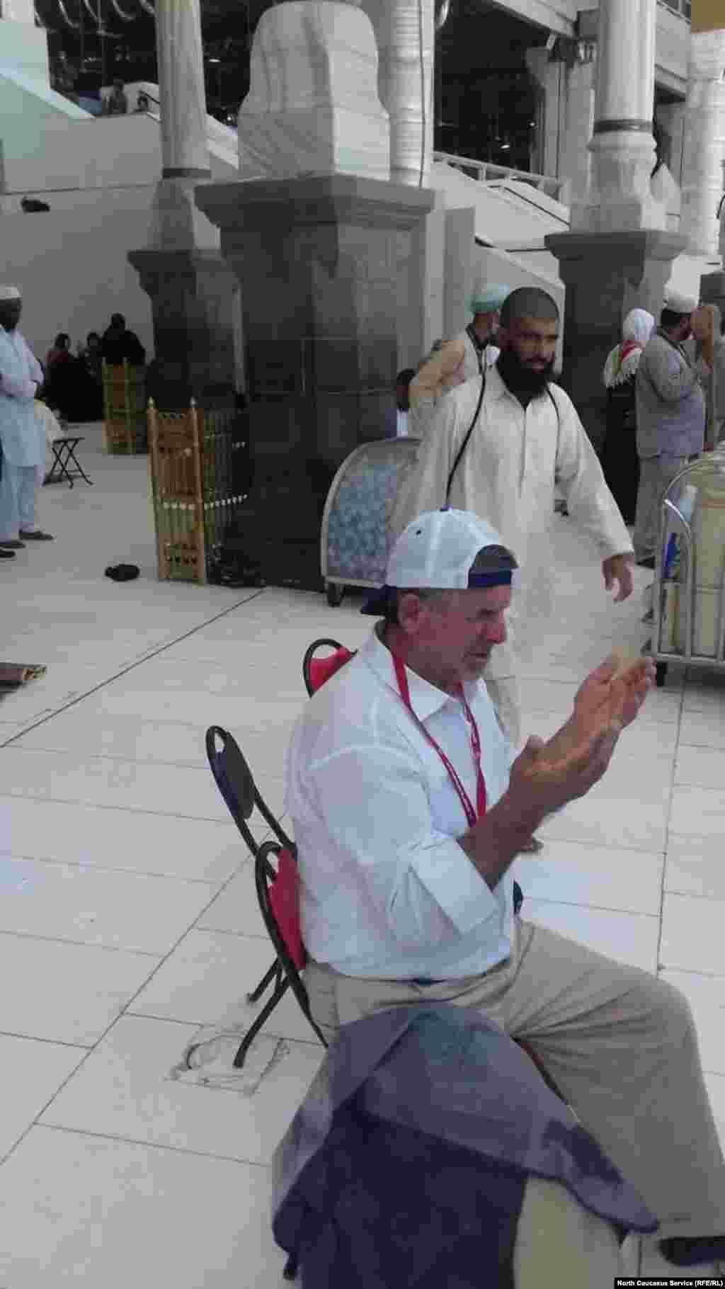 Пожилые и нездоровые паломники в главной мечети могут молиться сидя на стульях
