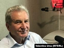 Generalul în rezervă Victor Catan în studioul Europei Libere la Chișinău