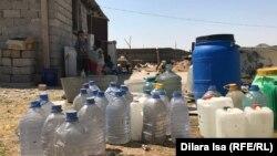 Емкости под привозную воду во дворе дома в микрорайоне Северный жилмассив. Шымкент, 19 августа 2019 года.