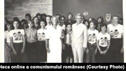 """Nicolae Ceauşescu şi Elena Ceauşescu la Neptun, reședința de vară a conducerii de partid, cu un grup de participanţi la Festivalul Internaţional """"Copiii lumii doresc pacea"""" (20.VII.1979). Fototeca online a comunismului românesc; cota: 106/1979"""