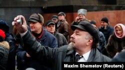 На акции с возложением цветов и венков к могиле Сталина в Москве, 5 марта 2019 года.