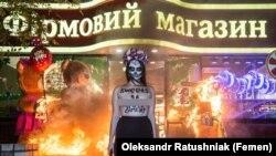 """Украина. """"Фемен"""" феминист гуруҳининг аъзоси Рошен дўкони олдида. 2017, 1 ноябрь."""