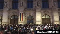 Magistrați pe treptele Palatului de Justiție din București, la protestul împotriva modificării legilor Justiției de către puterea PSD, martie 2019 - coperta paginii de Facebook a AMASP