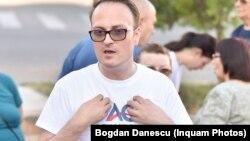 Alexandru Cumpănașu, într-un tricou de campanie electorală, după ce s-a înscris în cursa prezidențială