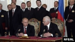 Владимир Путин, Вацлав Клаус и триколор. Прага, март 2006 года