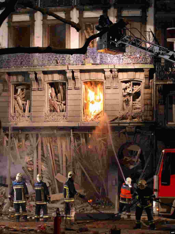 Пажарнікі змагаюцца з вагнём пасьля выбуху газу ў двух будынках у бэльгійскім горадзе Льеж. Каля 20 чалавек былі параненыя выбухам.