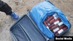 Колбаса, изъятая участниками гражданской блокады Крыма у граждан, пересекающих админграницу
