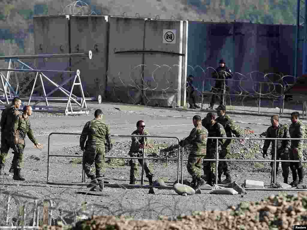 Vojnici KFOR-a na graničnom prelazu Jarinje, 28.09.2011. Foto: Reuters / Marko Đurica