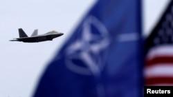 Flamuri i SHBA-së dhe ai i NATO-s, ilustrim.