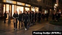 Omladinci FK Brodarac ispred hotela Mažestik u Beogradu