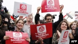 Жас социалистер қозғалысының мүшелері сайлаудың алғашқы кезеңінде социалистердің басым дауыс алғанын атап өтіп жатыр. Париж, 10 маусым 2012 жыл.