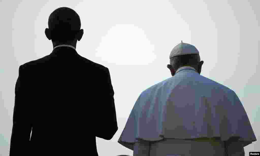 U.S. President Barack Obama (left) stands with Pope Francis during an arrival ceremony for the pope at the White House in Washington. (Reuters/Jonathan Ernst)