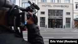 Un cameraman în fața hotelului din Bruxelles în care se crede că se află liderul catalan Carles Puigdemont.