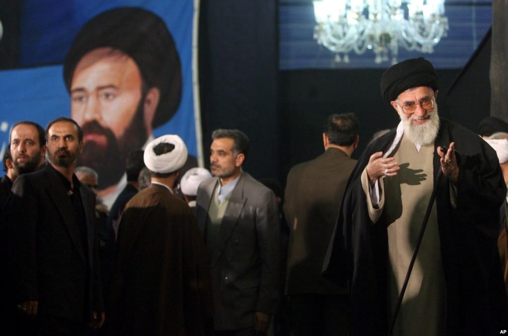 علی خامنهای، رهبر جمهوری اسلامی، در مراسم سالگرد درگذشت احمد خمینی در سال ۸۵
