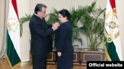 Тажик президенти кызы Озоданы медал менен сыйлап жатат, 2015-жыл.