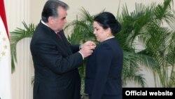 Тәжікстан президенті Эмомали Рахмон үлкен қызы Озода Эмомалиді марапаттап тұр.