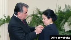 Президент Таджикистана Эмомали Рахмон вешает орден на грудь своей дочери Озоды Рахмон. 28 августа 2015 года.