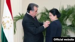 """Озода Рахмон получает орден """"Шараф"""" (Слава) первой степени из рук своего отца, Душанбе, 29 августа 2015 года"""