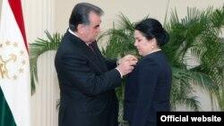 Tacikistan prezidenti Emomali Rahmon qızı Ozoda Rahmon-u medalla təltif edir