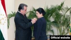 Президент Таджикистана Эмомали Рахмон вручает государственную награду своей дочери Озоде Рахмон. Душанбе, 28 августа 2015 года.