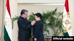 Эмомали Рахмон вручает орден Озоде Рахмон (фото из архива)