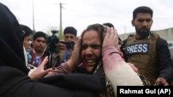 Плачущие члены семей оставшихся внутри захваченного боевиками сикхского храма. Кабул, 25 марта 2020 года.