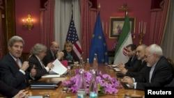 Джон Керрі (л) і Могаммад Джавад Заріф (п) під час переговорів у Лозанні, 19 березня 2015 року
