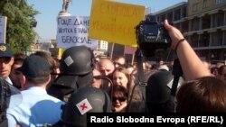 Протест за поддршка на новинарот Томислав Кежаровски пред Музејот на ВМРО.