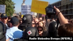 Policijska intervencija na protestu novinara zbog zatvorske kazne novinaru Kežarovskom, Skoplje, oktobar 2013.