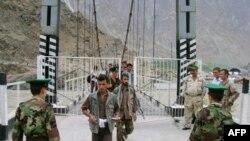 Тәжік шекарашылары Пяндж өзеніндегі көпірде құжат тексеріп жатыр. 2010 жылғы тамыз айы